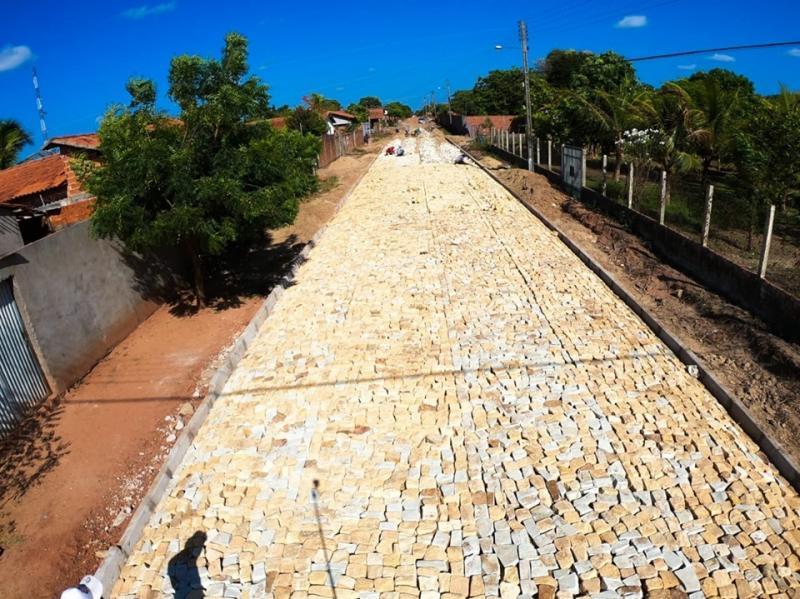 Altos | Rua Conceição do Canindé recebe obra de pavimentação