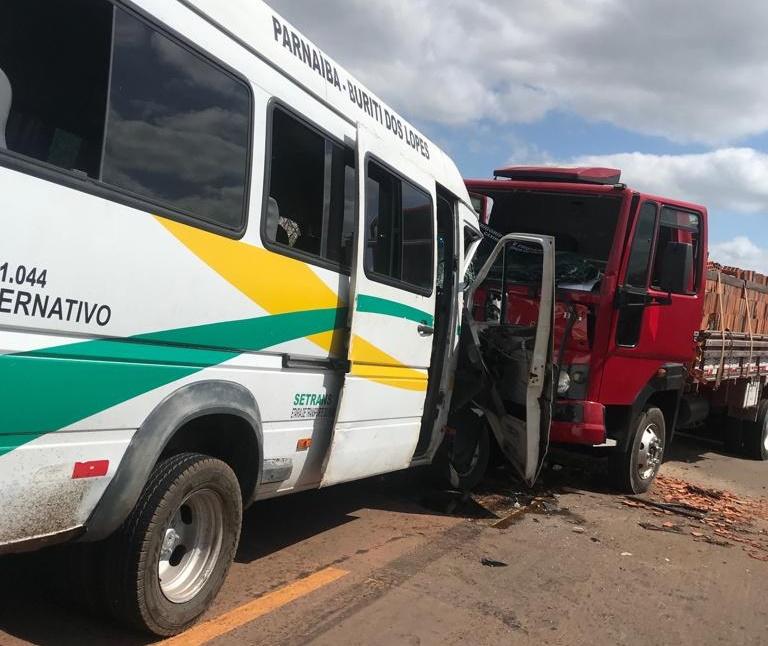 Colisão entre van e caminhão mata um e deixa vários feridos