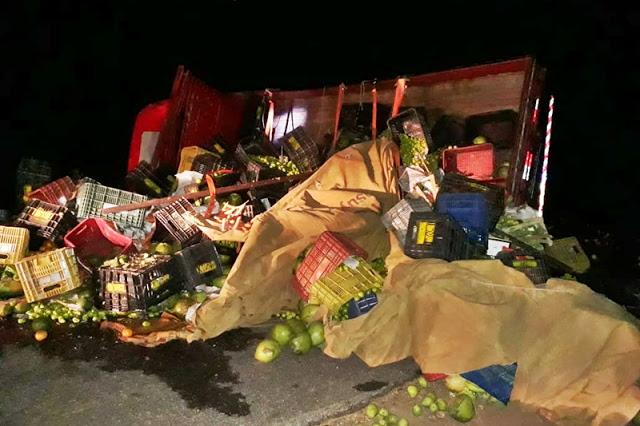 Caminhão carregado de frutas tomba na PI 213