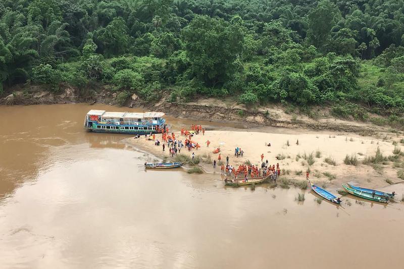 Barco superlotado vira na Índia e deixa vários mortos