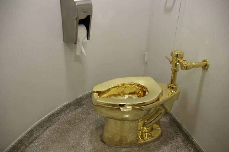 Vaso sanitário de ouro maciço é roubado durante exposição de arte