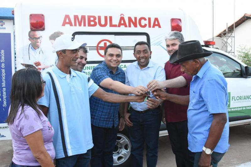 Prefeito Joel Rodrigues entrega ambulância na localidade Amolar