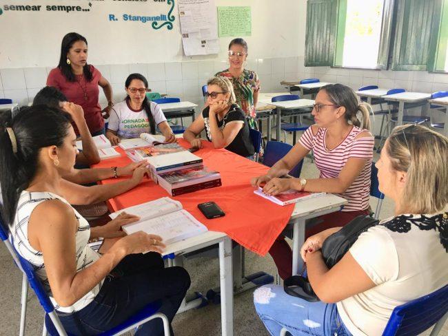 Porto | Secretária de Educação participa da escolha do livro didático