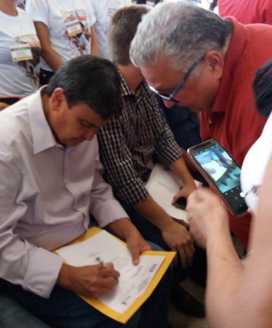 Dr. Alcione solicita caixas d'água e trata de asfalto em PI com governador