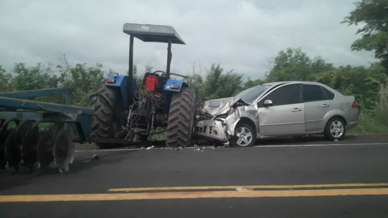 Carro colide em trator na BR-343 em Lagoinha do Piauí