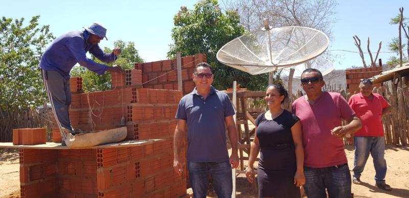 Prefeito Zitim Coelho vistoria construção de 10 módulos sanitários