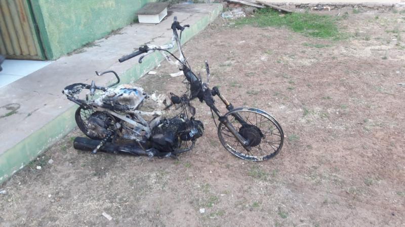 Após atear fogo na moto da ex, homem reage à prisão e foge