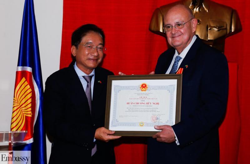 Embaixador do Vietnã Do Ba Khoa condecora diplomata Marco Brandão