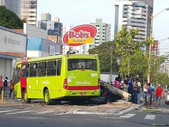 Jovem fica preso às ferragens após colisão entre ônibus e carro em Teresina