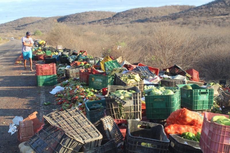 Caminhão de verduras tomba há menos de 1 km da cidade de Conceição