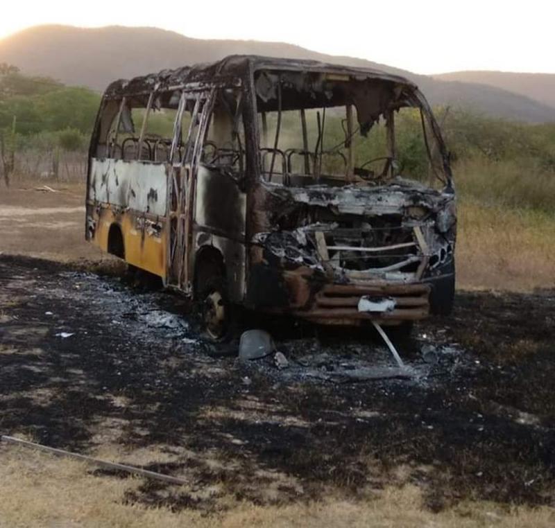 Criminosos atearam fogo em um transporte escolar no pátio da prefeitura. — Foto: Arquivo pessoal