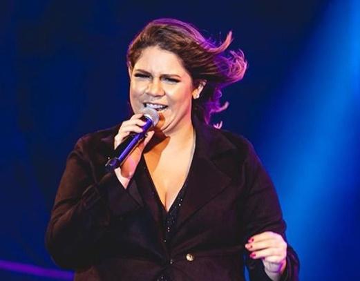 Grávida, Marília Mendonça cai no palco durante gravação de programa
