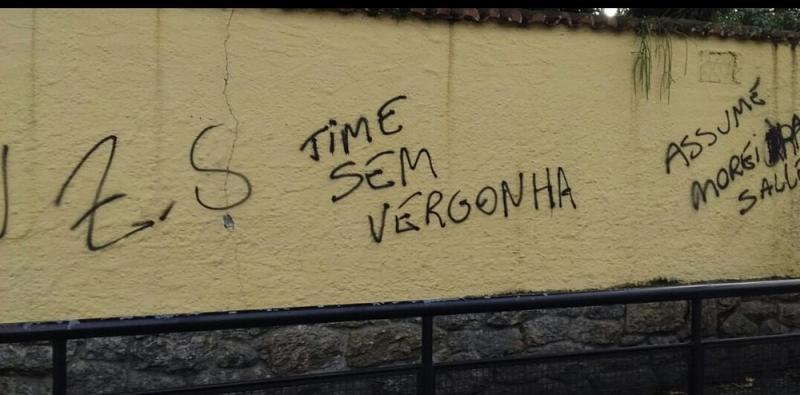 Sede do Botafogo tem muros pichados com frases de protesto