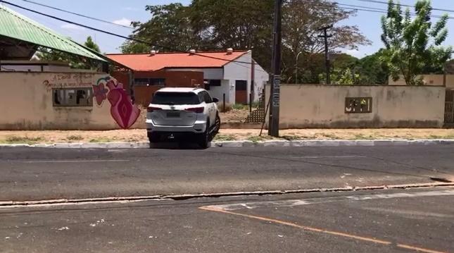 Homem colide carro em muro da UFPI ao tentar fugir da polícia