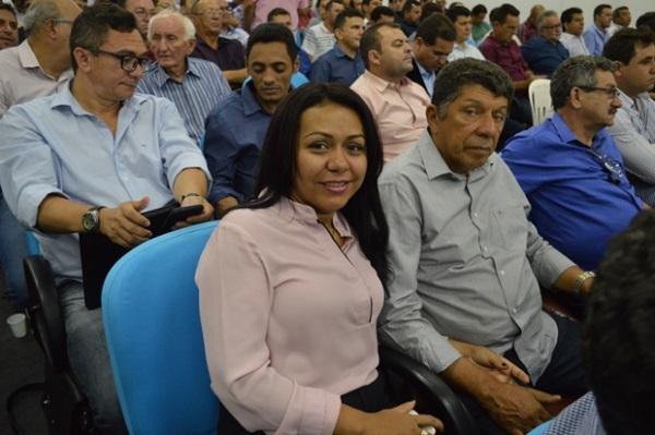 Aquisição de caminhão do lixo: prefeita Doquinha assinou o convênio com a Funasa