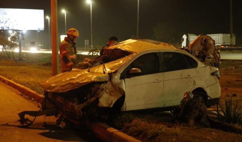 Carro capota e ocupantes são arremessados para fora do veículo