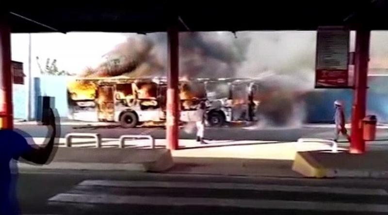 Ônibus pega fogo dentro de terminal de integração no MA