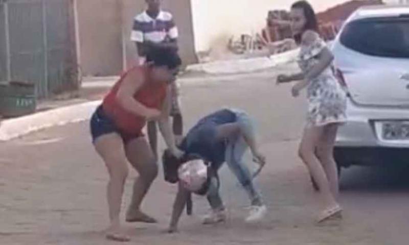 Vídeo: Professora apanha e é xingada por mãe de aluna