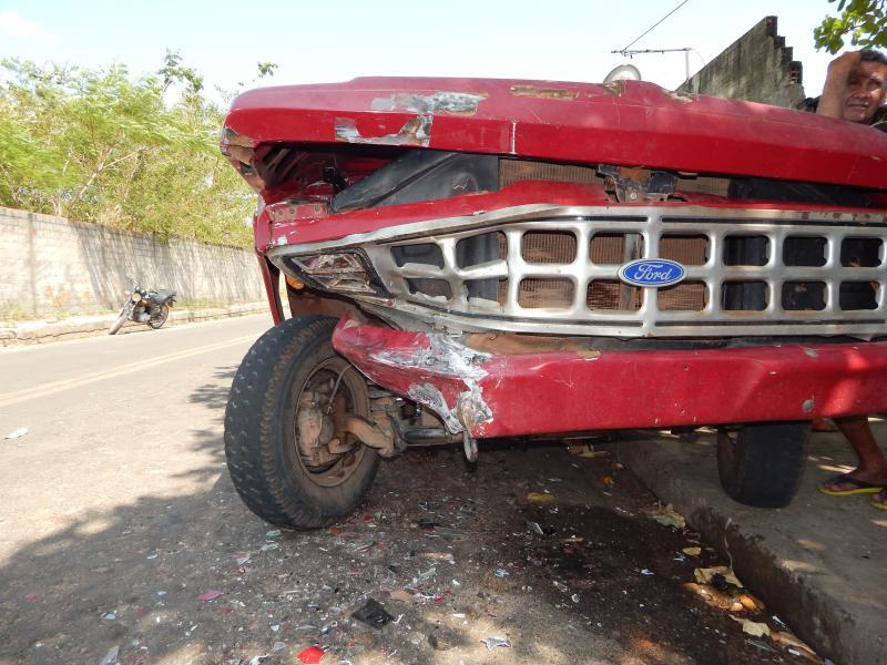Automóvel bate de frente em caminhonete no centro de Beneditinos
