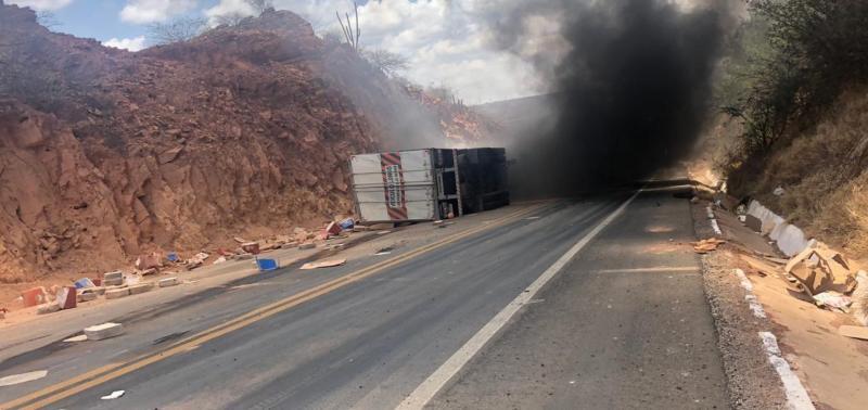 Motorista morre queimado após carreta pegar fogo na BR-316