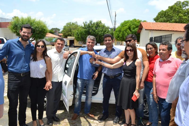 Monsenhor Gil | Gestão entrega veículo para o Cadastro Único(Bolsa Família)