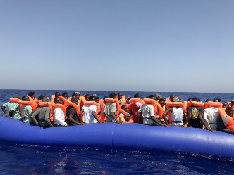 Barco naufraga na Itália e deixa mortos e desaparecidos