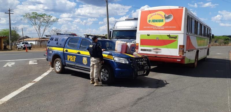 PRF apreende ônibus que transportava combustível inflamável