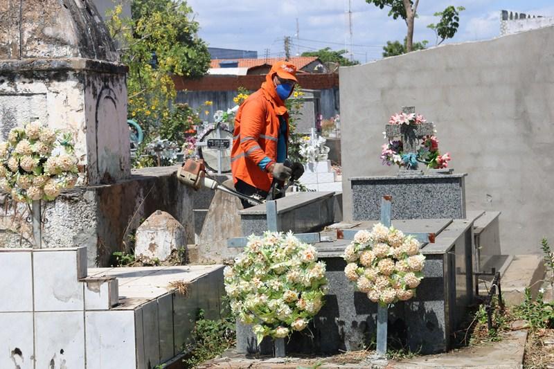 Prefeitura de Água Branca realiza manutenção de cemitérios