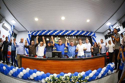 Ao lado lideranças do PT e PSDB, Ciro filia Luiz Menezes ao PP