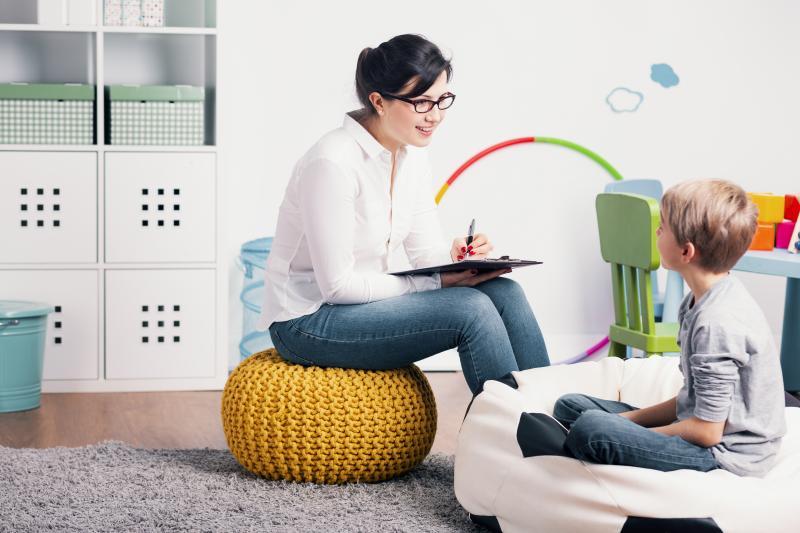 Psicólogos e assistentes sociais nas escolas são necessários?