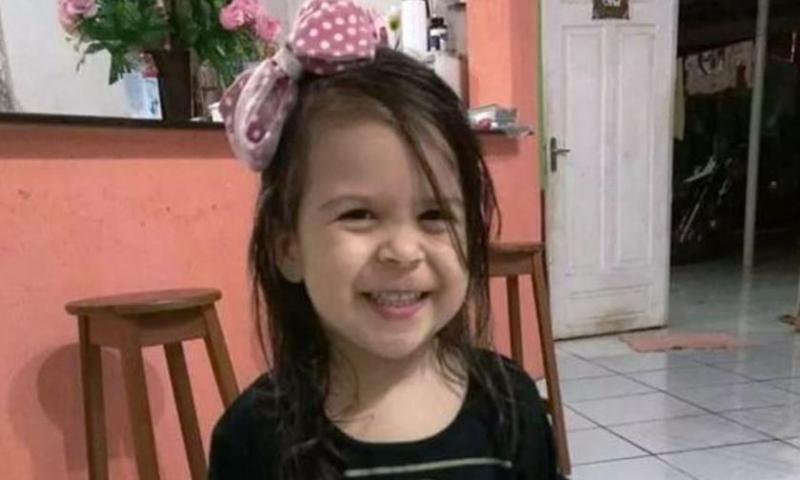 Mãe atropela e mata a própria filha de dois anos ao dar ré em carro