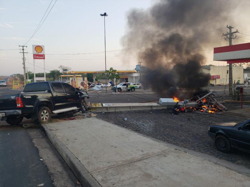 Motorista bate Hilux em poste e causa incêndio na BR 316