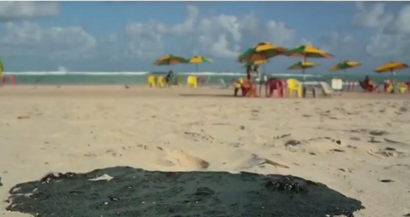 Manchas de óleo afetam pesca e derrubam turismo
