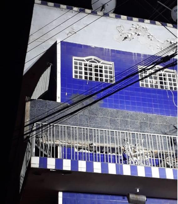 Varanda de apartamento desaba e deixa mulher ferida