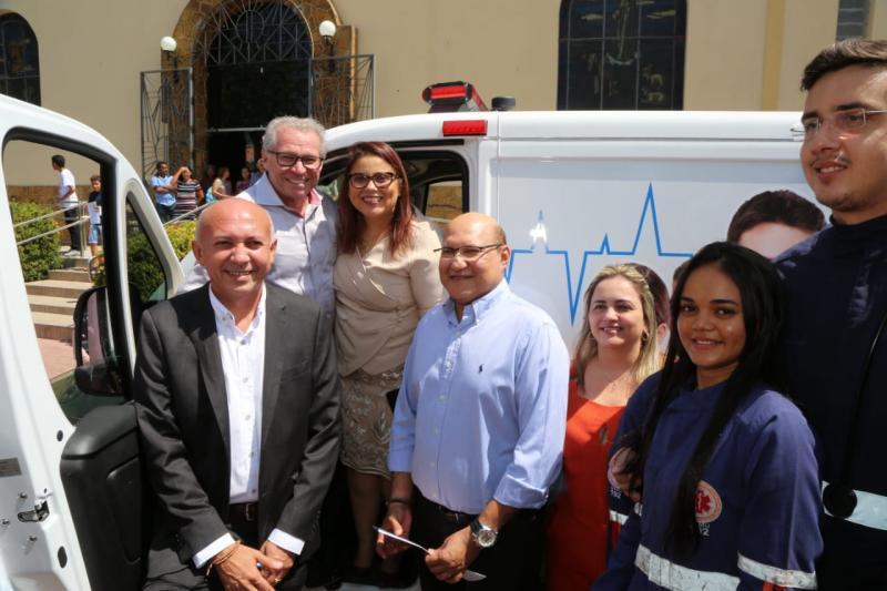 Altos: prefeita entrega ambulância e novo veículo para Assistência Social