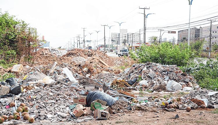 Lixão se acumula em calçadas e avenidas de bairro de São Luís