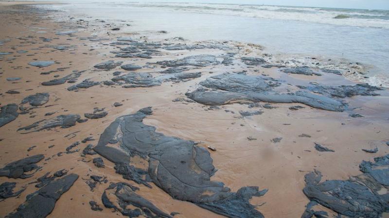 Bahia decreta emergência por manchas de óleo no litoral