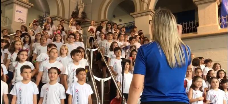 Professores montam coral de música do Guns N' Roses com crianças