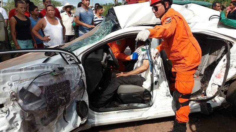 Empresário fica preso às ferragens em colisão na PI-113