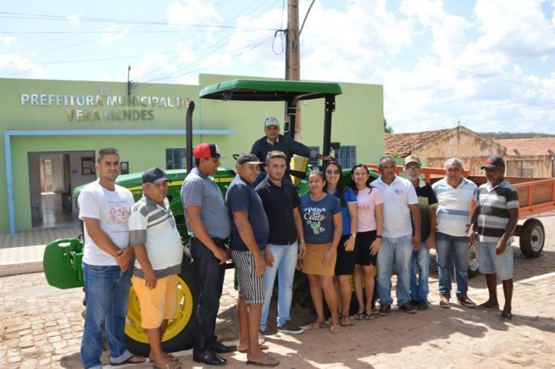 Vera Mendes recebe trator para reforçar a agricultura familiar