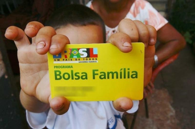 Bolsonaro assina medida que cria 13º do Bolsa Família