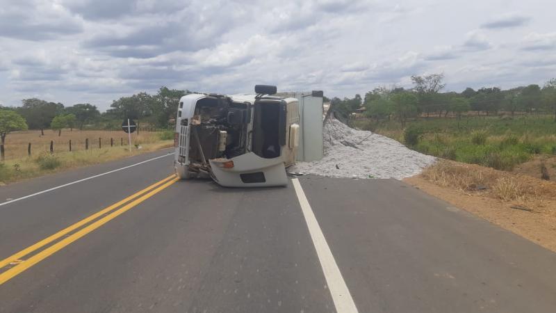 Carreta tomba na BR 135 e deixa motorista gravemente ferido