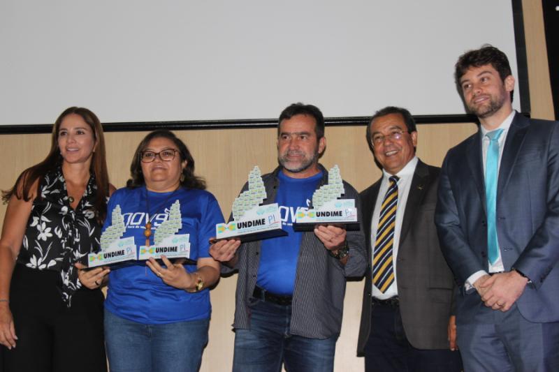 Prefeito Zé Raimundo de Oeiras recebe  'Prêmio Gestor Educador' da Undime