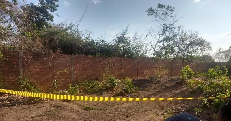 Homem é morto com 10 tiros e tem corpo jogado em matagal