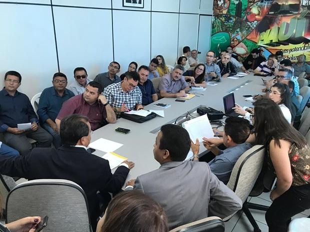 Prefeito de Simplício Mendes participou de reunião sobre Água Para Todos
