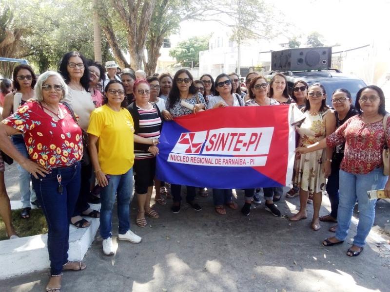Professores aposentados realizam manifestação em Parnaíba