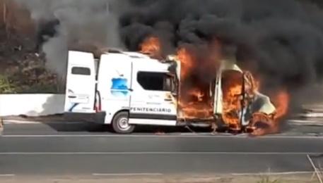 Viatura que transportava detentos pega fogo na BR 316 em Teresina
