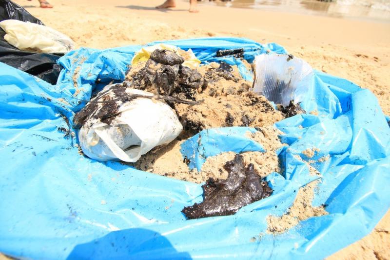 Manchas de óleo atingem praias mais procuradas por turistas na Bahia