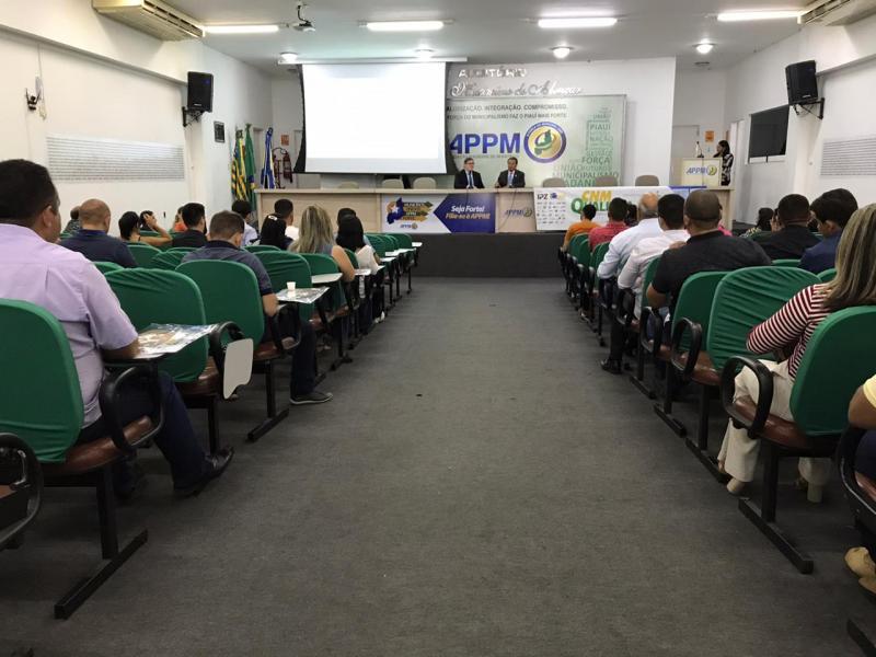 Gestores participam de curso gratuito sobre gestão de compras municipais