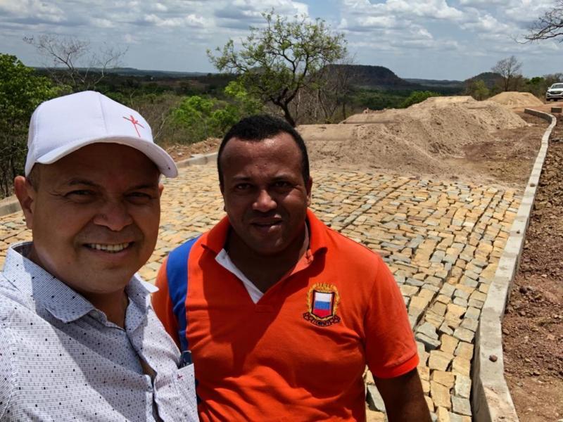 Prefeito Nilton Bacelar visita obra do calçamento no Castelete